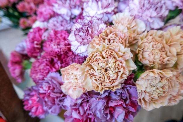 休日の美しい花を持つフラワーショップ。装飾と花束のための花瓶の花。