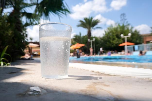 屋外プールでの夏休み。休息はすべて込みです。アルコール飲料ソーダはありません。