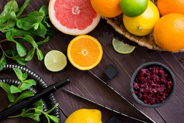 人をリラックスさせて休ませるための煙と水ギセル。柑橘系の果物とミント。
