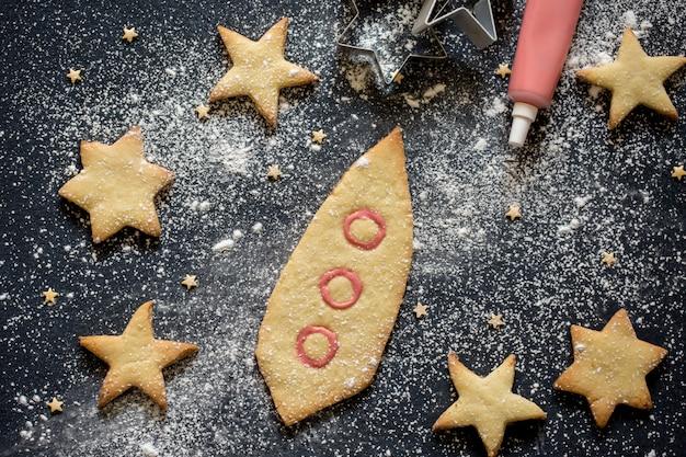 自家製クッキー宇宙船と星の形をした甘いペストリー。