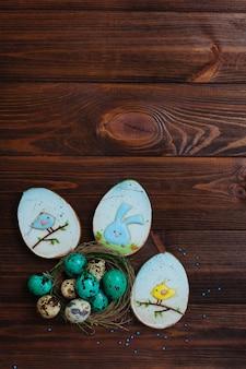 ジンジャーブレッドと自然の巣の中のウズラの卵