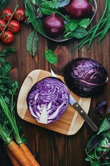 素朴な木製の背景にサラダ用野菜