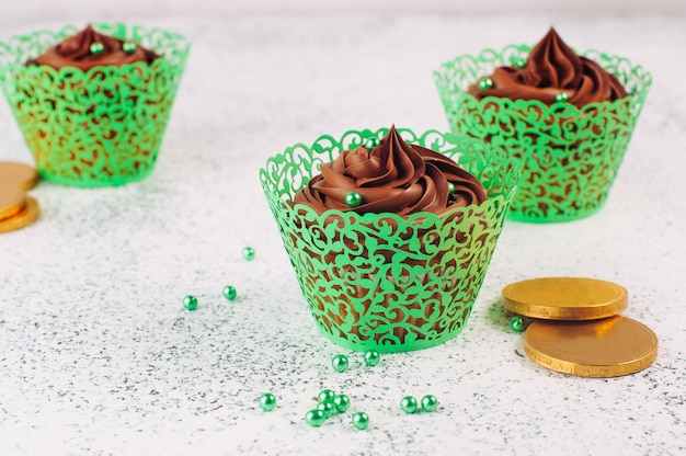 緑の砂糖を振りかけると聖パトリックデーチョコレートカップケーキ