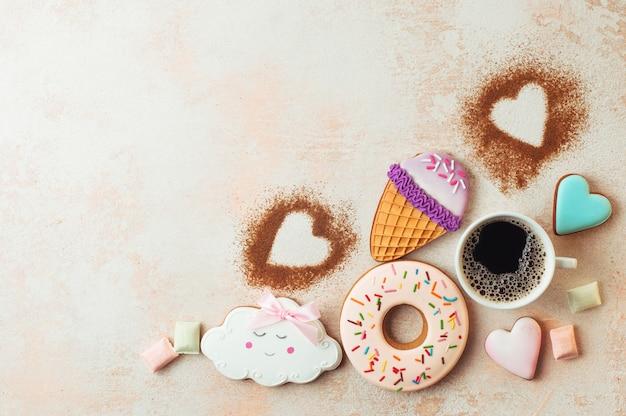 一杯のコーヒーと面白いアイスクリームコーン、ドーナツ、雲と心のクッキー