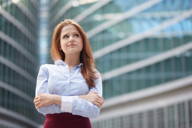 事務所ビルの外で働く実業家
