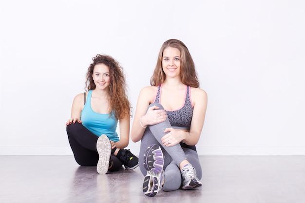 女性のフィットネススタジオで運動