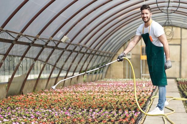 Люди, работающие в садовом магазине