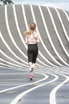 コペンハーゲンのスーパーキレン公園で走っている女性