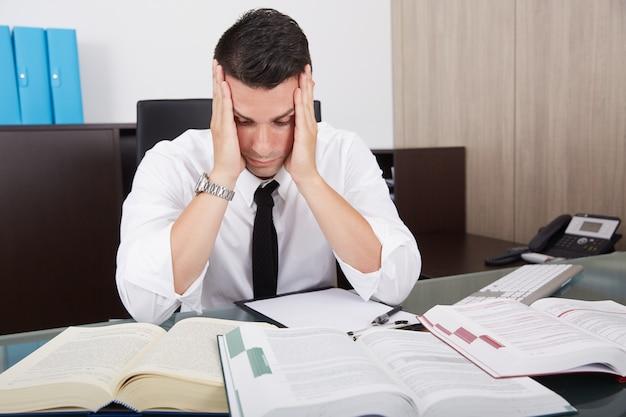 オフィスで働いて疲れたビジネスマン