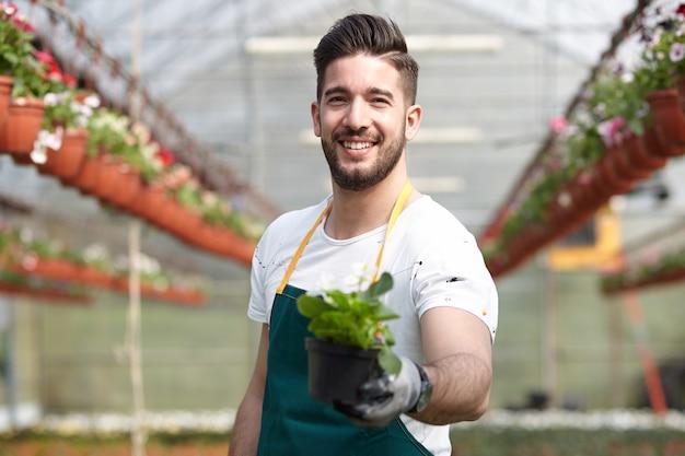 庭の店で働く男
