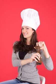 Женщина шеф-повар с перцем