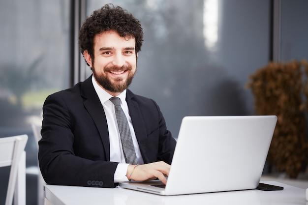 Бизнесмен работает на ноутбуке