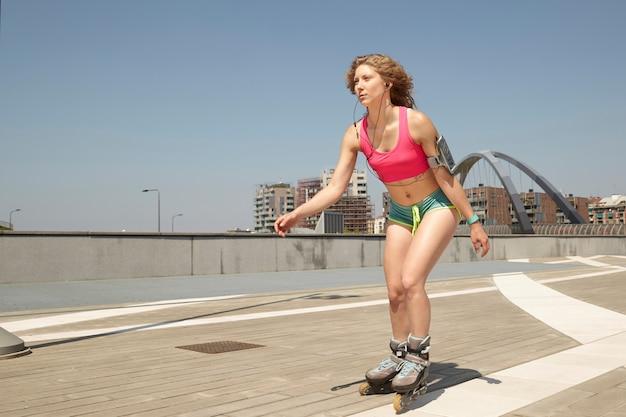 ローラースケートの女性