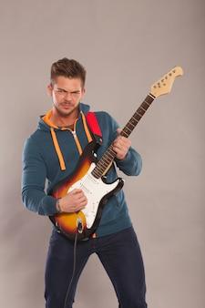 電気ギターを弾く男