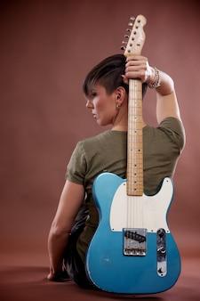 エレクトリックギターを持つ女性