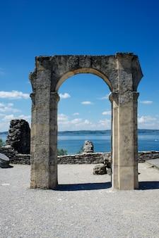 Древняя арка у моря
