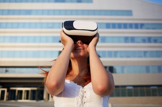 Женщина, используя очки виртуальной реальности