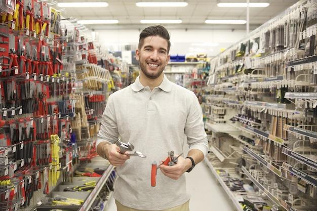 店で製品を交換する男