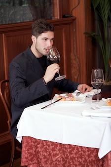レストランでのカップル