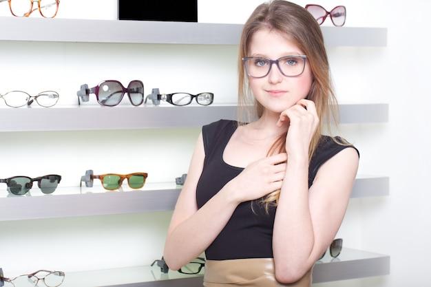 Красивая женщина, покупая новые очки