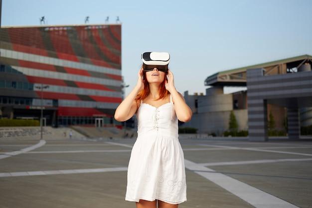 Женщина наслаждается виртуальной реальностью
