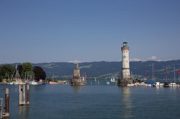 灯台のある海岸線