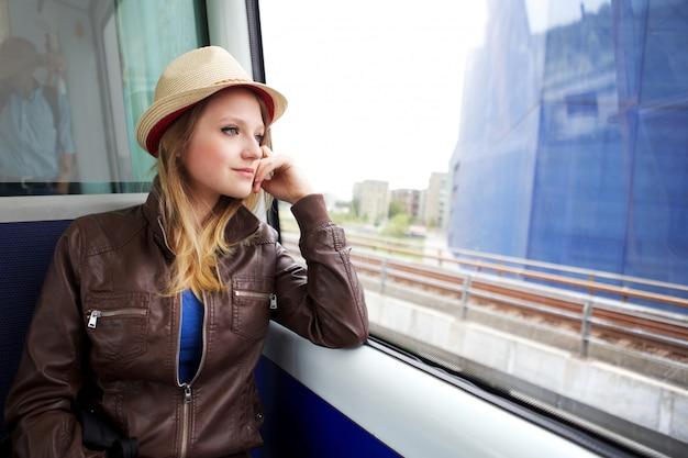 電車で旅行する女性
