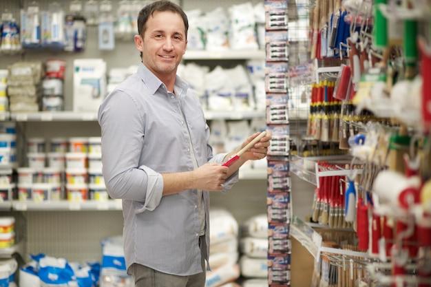 Мальчик в хозяйственном магазине