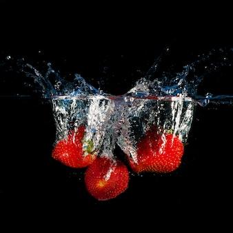 水に飛び散るイチゴ