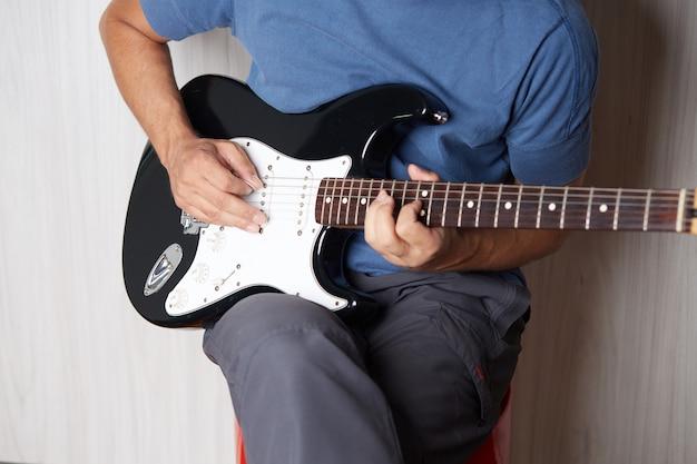 Играть на гитаре крупным планом