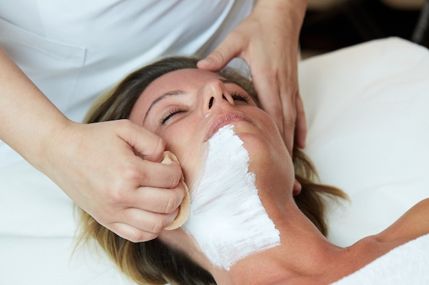 ウェルネスクラブでの顔の治療