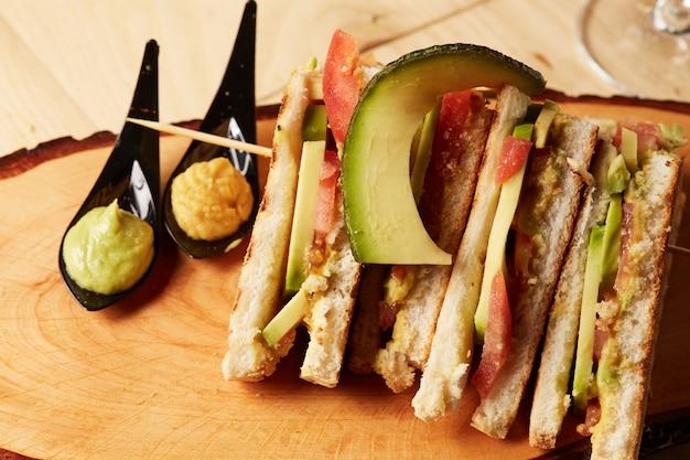 木製トレイのクラブサンドイッチ