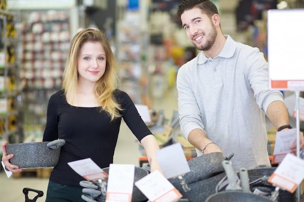 Пара покупками в хозяйственном магазине