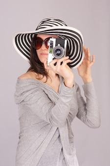 Красивая женщина сфотографировать