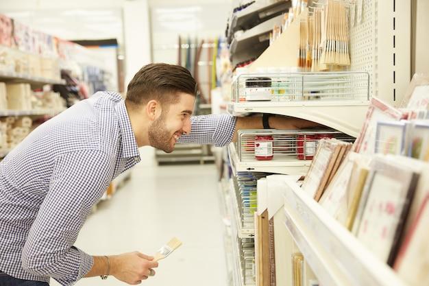 Человек купить в хозяйственном магазине