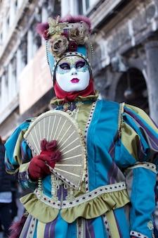 ヴェネツィアのカーニバルの衣装の人々
