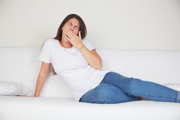 Молодая женщина отдыхает на диване