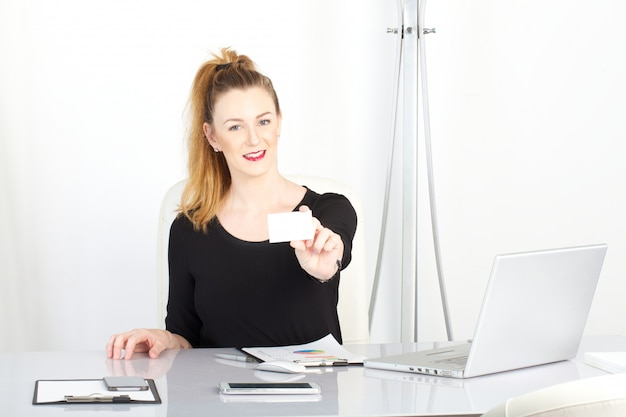Коммерсантка работая в офисе