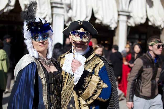 ヴェネツィアのカーニバルでの衣装の人々