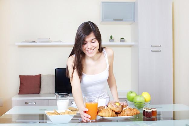 女性は家で朝食をとる
