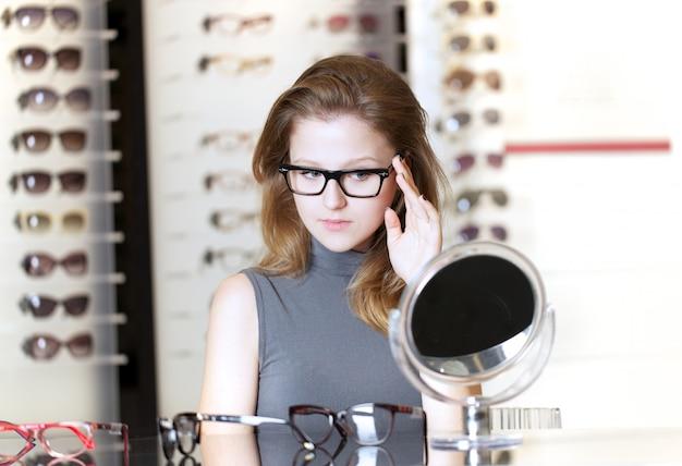 きれいな女性が新しい眼鏡を買う