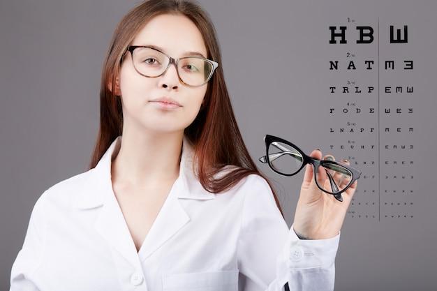 Женский офтальмолог работает