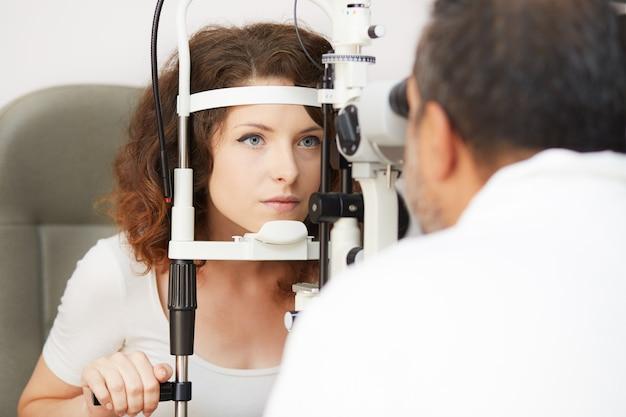 働く女性眼科医
