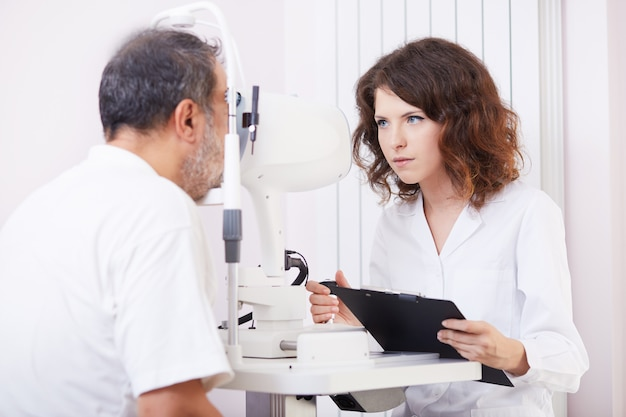 働く女性の眼科医