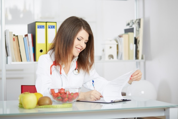 Женский диетолог работает в своей студии