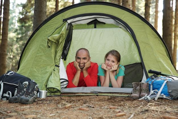 テントで休むハイカーのカップル