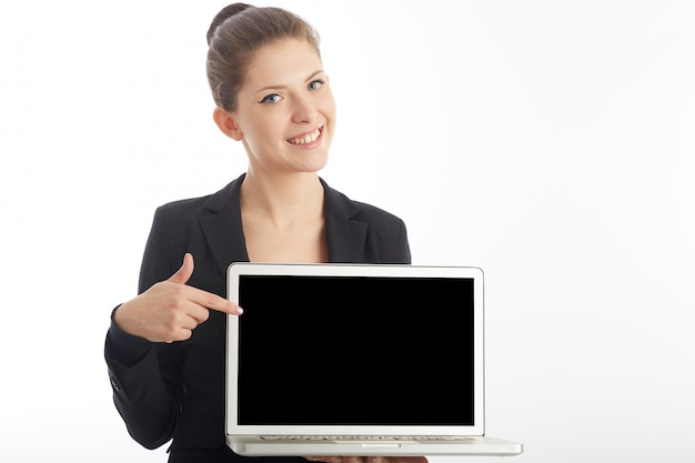 実業家は彼女のラップトップの空白の画面を表示します