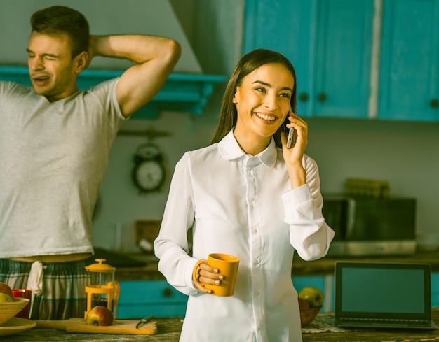 家庭の台所で若い家族の朝