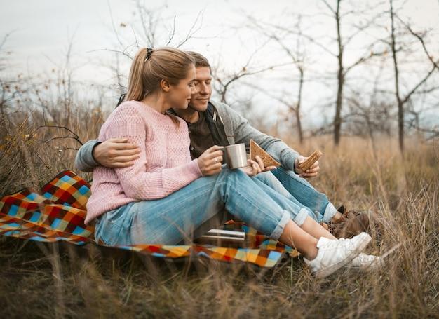 草の上に座ってリラックスした旅行者の笑顔