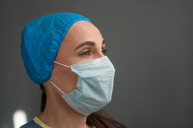 防護マスクの若い女性メディックの肖像画
